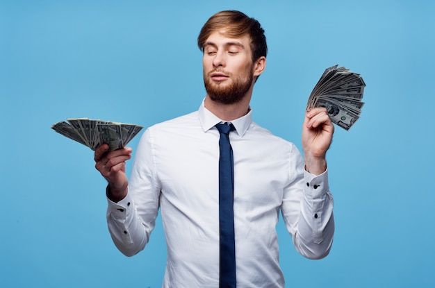 Человек в рубашке с галстуком, финансы, деньги, уверенность в себе, синий фон