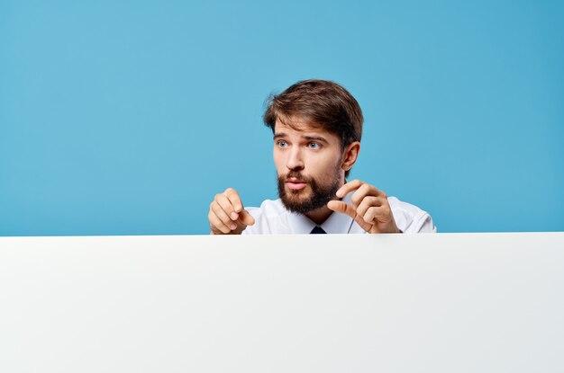 青い背景を宣伝するネクタイモーションキャプチャポスタープレゼンテーションとシャツの男。高品質の写真