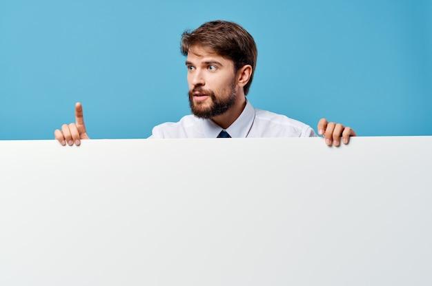 青い背景を宣伝ネクタイモーションキャプチャポスタープレゼンテーションとシャツの男
