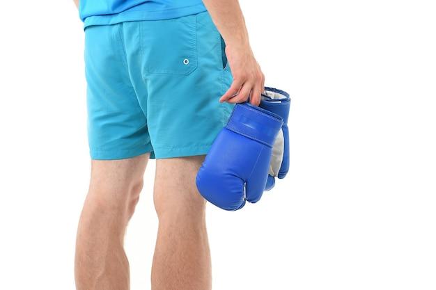반바지에 남자는 권투 장갑 후면보기 격리 된 흰색 배경 장비를 운반