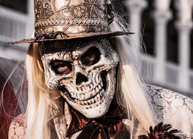 Человек в костюме скелета. празднование хэллоуина