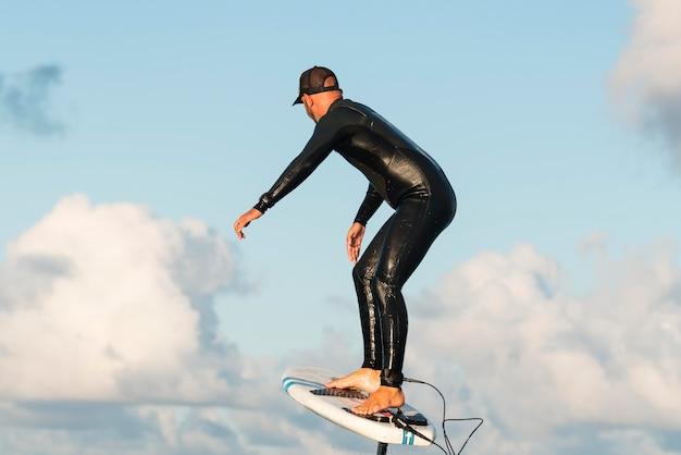 ハワイでサーフィンをする特別装備の男