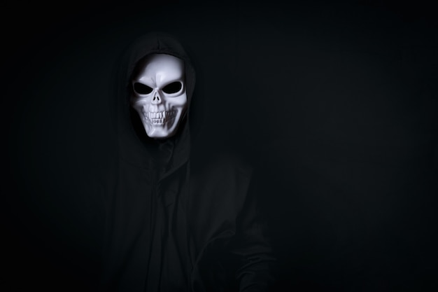 할로윈 축제를 위해 검은 옷을 입고 무시 무시한 죽은 해골 코스프레의 남자