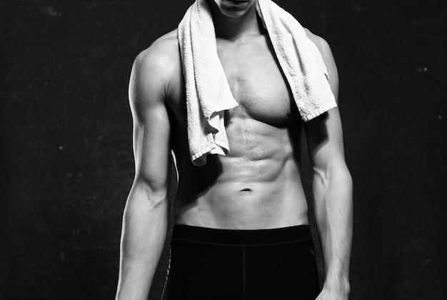 スポーツユニフォームを着た男が体を動かし、フィットネスのモチベーションを高めた