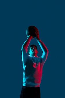 Мужчина в спортивной одежде играет в баскетбол