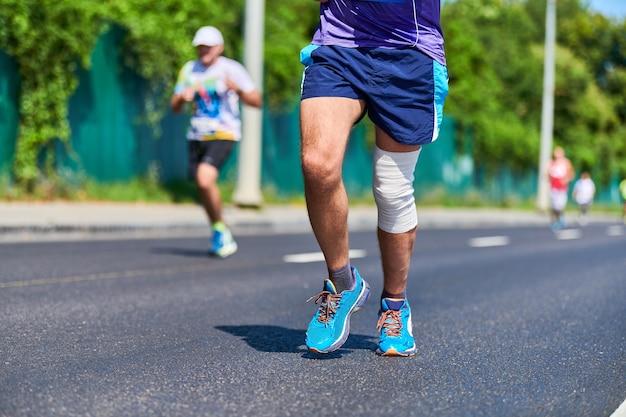 通りを走っているスポーツウェアの男