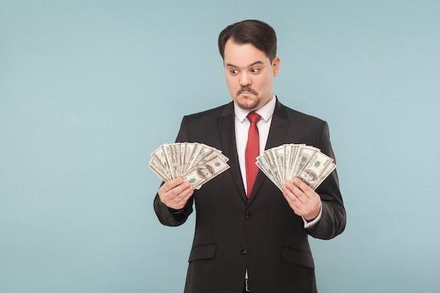 多くのドルを保持しているストレスの男