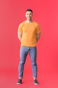 색상 배경에 세련 된 티셔츠에 남자