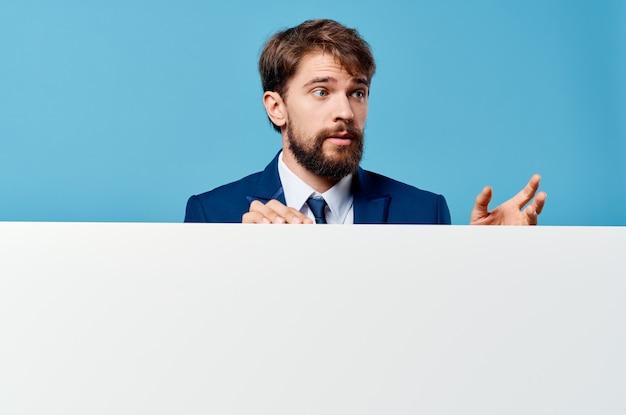 Человек в костюме рекламы исполнительного баннера презентации копией пространства.