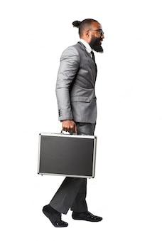 Человек в костюме и портфель