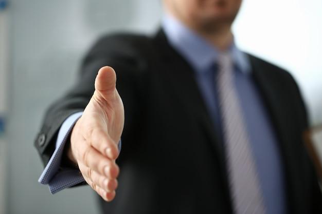 スーツとネクタイの男はこんにちはとして手を与える