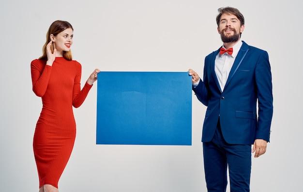 スーツを着た男性とドレスを着た女性広告アナウンスモデルポスターモックアップ。高品質の写真
