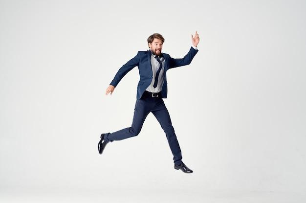 スーツのキャップの感情の男は楽しい仕事をしています。高品質の写真
