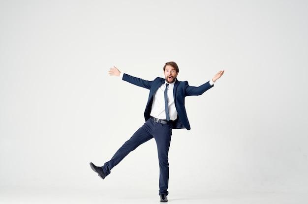 スーツのキャップの感情の男は楽しい仕事をします