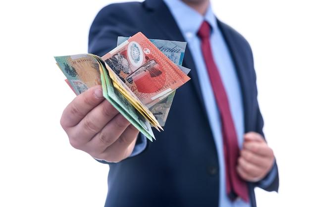 호주 달러 지폐를 세는 한 벌에있는 남자