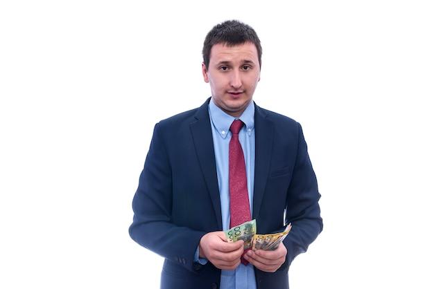 オーストラリアドル紙幣を数えるスーツの男