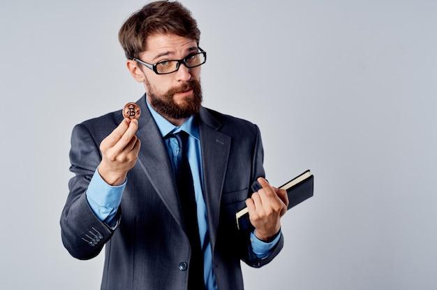 スーツの男暗号通貨ビットコイン金融経済電子マネー