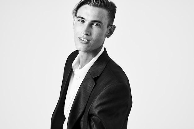 魅力的な自信を持ってポーズをとるファッショナブルな髪型のスーツの男。高品質の写真