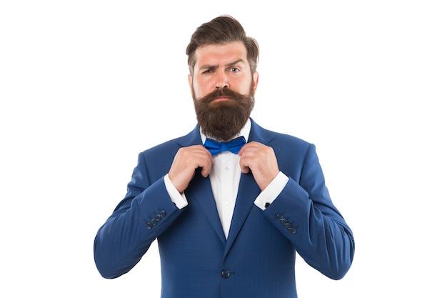 蝶ネクタイを固定するスーツの男。スーツを着たハンサムな男の肖像画。彼はあなたの心を溶かします。タキシードの男。男性のための最高のインタビューの服装。メンズスーツを仕立てるアトリエ。朝のグルーミング男。