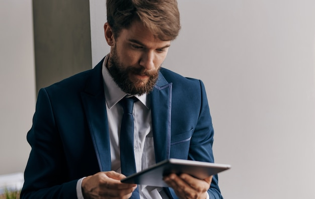 タブレットメッセージ技術のライフスタイルを保持しているスーツの男