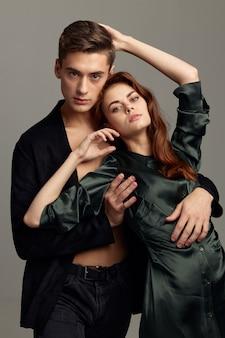 정장에 남자는 드레스 감정 모델에서 여자를 안아. 고품질 사진