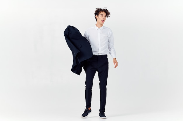 Человек в пиджаке, держащий модную полную длину, позирует