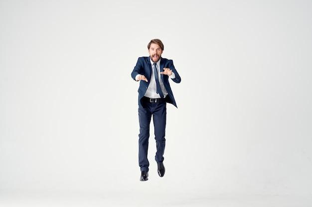 スーツマネージャーオフィス感情モーションライト背景の男