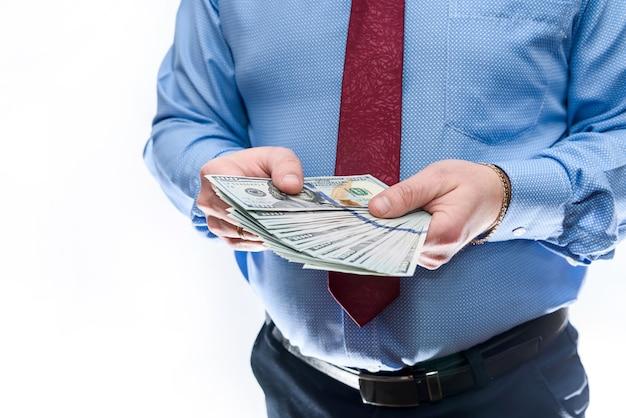 달러 지폐를 제공하는 소송에서 남자를 닫습니다.