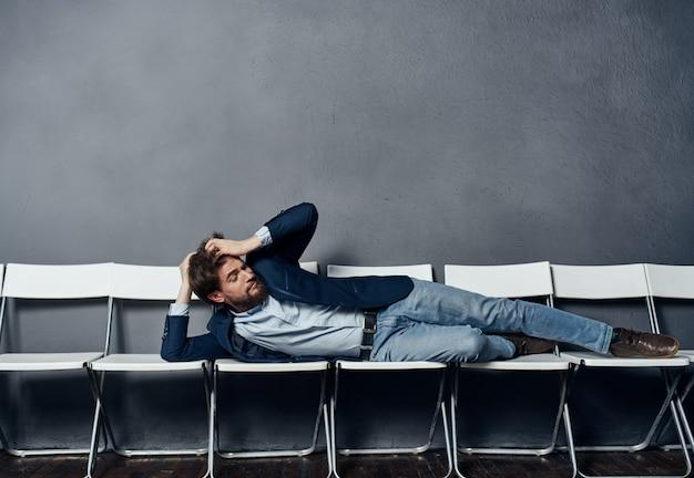 Человек в костюме на стульях, работа в офисе, карьера, образ жизни