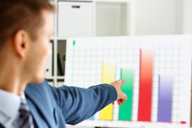 Человек в костюме точки с рукой в графике статистики
