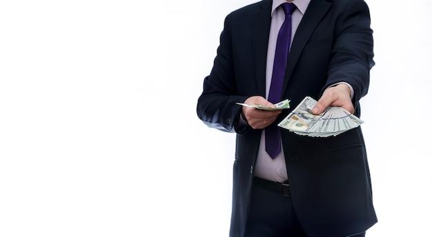 ドル紙幣を示すスーツの男
