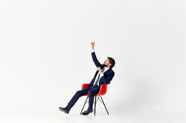 Человек в костюме, сидя на красных стульях, эмоции, офис, светлый фон