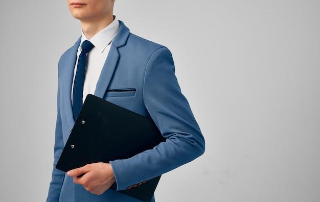 Мужчина в костюме завязать уверенность в себе официальных документов бизнесмена.