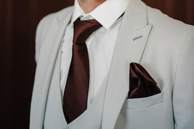 スーツ、ベスト、ネクタイの男。エレガントなクラシックなスーツを着たハンサムな若い男のファッションショット。