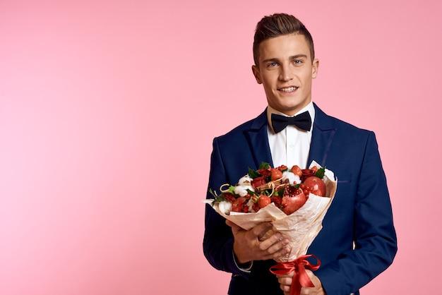 花の花束とスーツの男