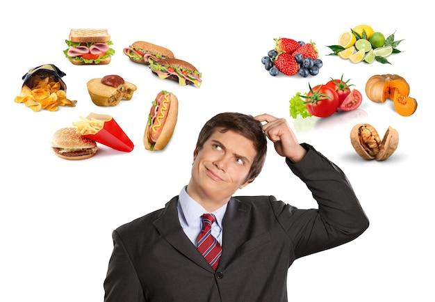 다른 종류의 음식을 가진 정장을 입은 남자