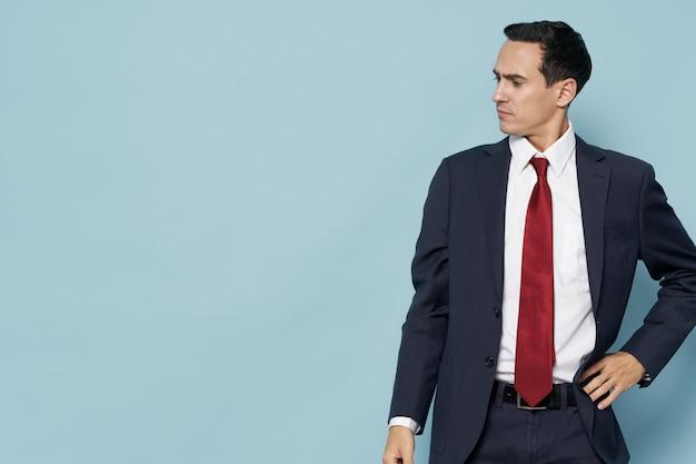 Человек в костюме с галстуком самоуверенность копией пространства чиновник