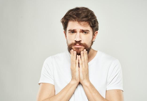 Tシャツクロップドビューモデルの悲しそうな顔の感情の男