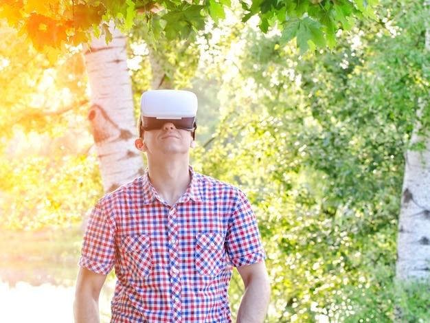 Человек в шлеме виртуальной реальности против поверхности природы