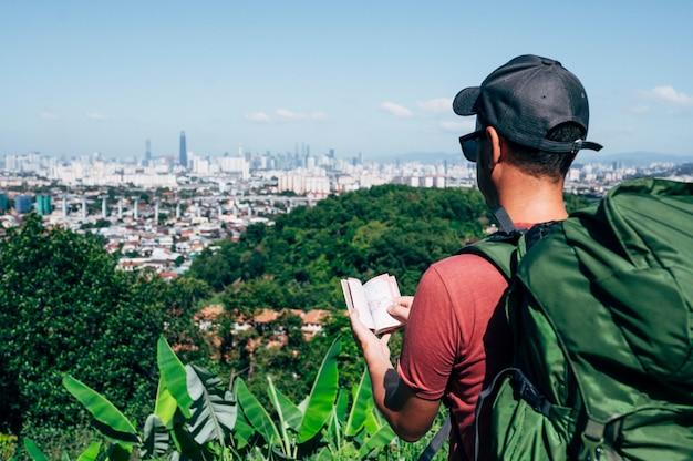 パスポートとジャングルの中で男