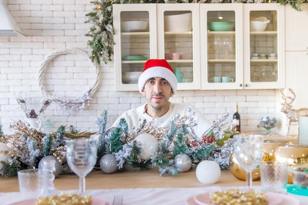 Мужчина на кухне новогоднее фото
