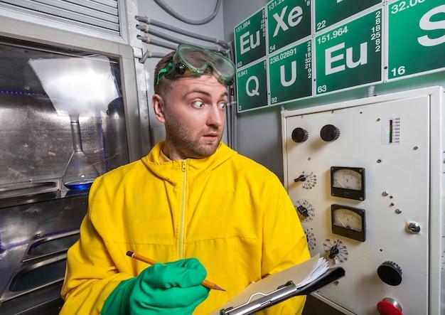 노트를 만드는 실험실에서 남자