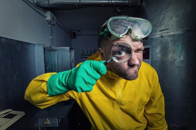 拡大鏡を持った研究室の男