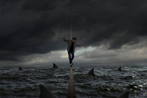 Человек в море в окружении акул