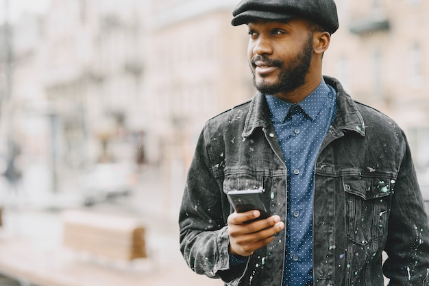 通りの男。ビジネスコンセプト。携帯電話を持つ男。