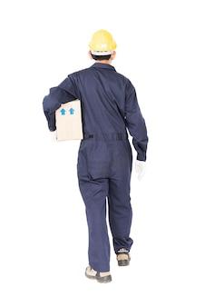 Человек в униформе, стоящий и держащий бумажную коробку, изолированный на белом фоне