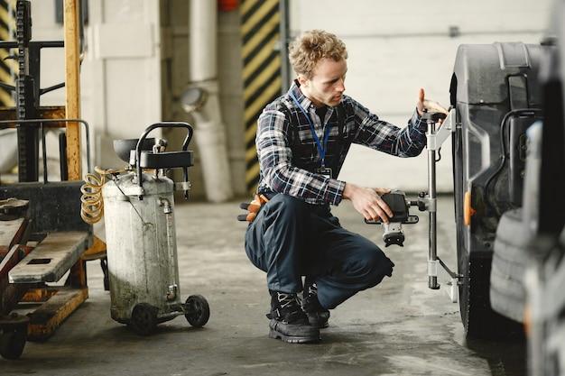 制服を着た男。トラックの修理。車の故障