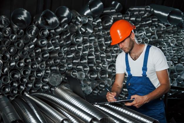 Человек в униформе работает на производстве