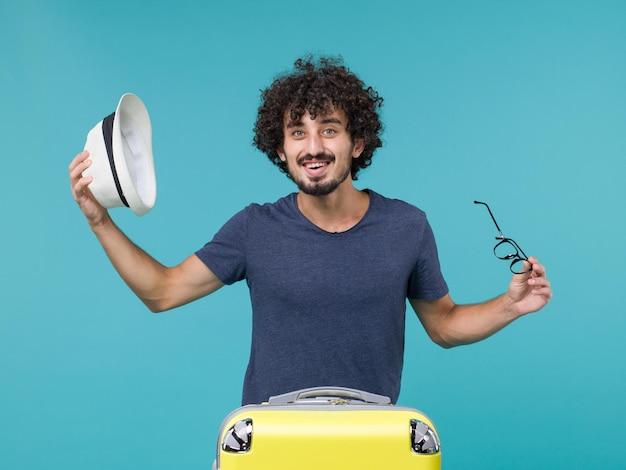 青に帽子をかぶる休暇中の男
