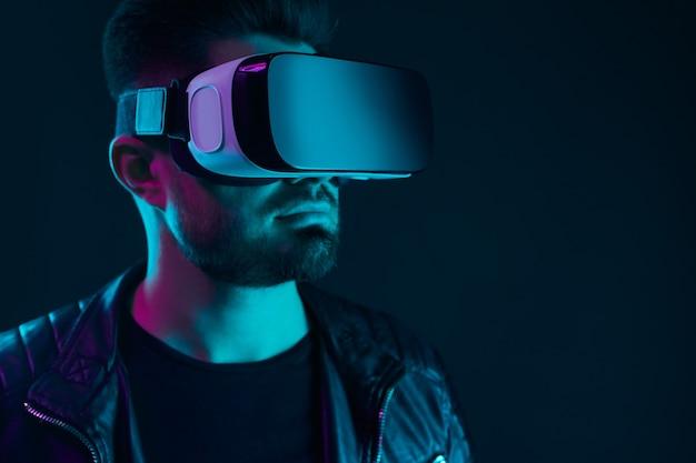 Человек в очках vr испытывает виртуальный мир
